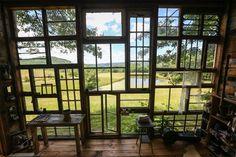 Un cabaña con vistas para dos (y una historia bonita detrás) · http://www.vintageandchicblog.com/2016/03/cabana-de-madera-con-pared-de-antiguas-ventanas.html