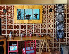 Escrivaninha feita com cavalete e porta de armário. Cadeira achada na rua e reformada.  Quadros personalizados.