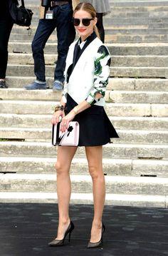 Olivia Palermo pose avant de monter les marches.