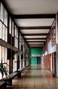 Unité d'habitation- Le Corbusier Un couloir dans La cité radieuse, Marseille