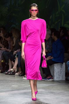 Discover the Women's Fashion Show Spring Summer Collection by Versace. Tailoring, sportswear and effortless glamour. Donatella Versace, Gianni Versace, Versace Fashion, Catwalk Fashion, Fashion 2020, Men Fashion Show, Fashion Brands, High Fashion, Womens Fashion