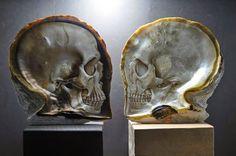 Gregory Halili est un artiste philippin qui utilise la forme bien particulière des huîtres perlières pour sculpter et peindre de magnifiques crânes.  La forme naturelle de l'huitre perlière de Philippine est parfaite pour que l'artiste réalises ses modèles uniques très détaillés. Gregory Halili utilise le crâne comme symbole de renaissance et de puissance spirituelle.