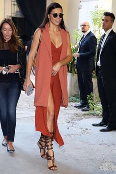 Who made Adriana Lima's pink sleeveless coat, wrap dress, brown handbag, sunglasses, and sandals? Chic Summer Outfits, Fall Winter Outfits, Stylish Outfits, Model Street Style, Street Style Looks, Nyc Fashion, Fashion Outfits, Fashion Trends, Fashion Styles