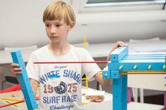 Warsztaty dla dzieci z meblami SMART by VOX.  W niedalekiej przyszłości, ludzkość jest w posiadaniu budulca, z którego można tworzyć zupełnie nowe światy oraz ich mieszkańców. Nam zostało przydzielone niezwykle ważne zadanie testowania wynalazku. Czy sprawdzi się w naszych dłoniach?    Zobacz jak uczestnicy warsztatów tworzą dużych rozmiarów mieszkańca wyspy, który stanie się eksponatem na Festiwalu Designu i Kreatywności dla Dzieci (25 i 26 maja w Concordia Design w Poznaniu). Challenges