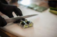 De curand, bloggerii au facut o scurta, dar intensa calatorie pana in Japonia la Zen Sushi Sarroglia, impreuna cu cativa bloggeri de food. S-a lasat cu zambete, cutite bine ascutite si – desigur – cu arta de a facesushi, din care am invatat cateva secrete, cu ajutorul lui Chef Sorinsi al luiChef Iulian Constantin. S-autestat … Sushi, Zen, Lifestyle, Cooking, Ethnic Recipes, Food, Knives, Kitchen, Essen