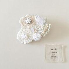 ♢♢♢ 私の庭 BROOCH ・ 鳥さんたちも岡山に行ってます。 宜しくお願いします。 #CHIHIROSONODA ・ 折り目のない白い布 . 2018.1/27.sat-28.sun-29.mon. open11:00-17:00. at DECO+ atelier.
