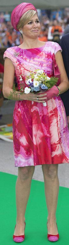 La reina Máxima eligió un vestido estampado en tonos rosas con cartera, zapatos y turbante a juego.