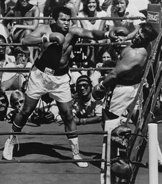 Ali vs Lyle Alzado in an exhibition bout Muhammad Ali Fights, Muhammad Ali Boxing, Muhammid Ali, Star Trek Posters, Boxing History, Native American Images, Hometown Heroes, Black History Facts, Sport Icon