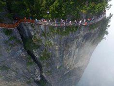1500 méter mély szakadék felett tekergő üvegút