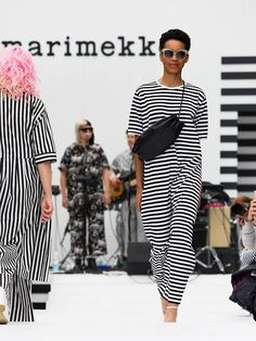 Marimekko celebrated the beginning of the summer season with its annual fashion show in Helsinki's Esplanadi Park earlier this month. I Love Fashion, Paris Fashion, Fashion Art, Fashion Show, Fashion Outfits, Fashion Design, Marimekko Bag, Outdoor Fashion, Mode Style