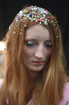 Summer Hairstyles : Disco Flare Step Up Your Sparkle Game With Glitter Roots Photos Glitter Roots, Glitter Make Up, Glitter Paint, Glitter Cardstock, Linda Hallberg, Beauty Makeup, Hair Makeup, Hair Beauty, Makeup Inspo