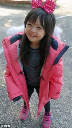 Jae-eun sports a giant pink bow in her hair and an adorable rain jacket as she poses for a picture Cute Asian Babies, Korean Babies, Asian Kids, Cute Babies, Baby Kids, Cute Kids Pics, Cute Girls, Ulzzang Kids, Three Year Olds