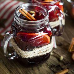 Klassischer Glühwein gehört auf jeden Weihnachtsmarkt. Aber wenn du ihn selber machst und zuhause im Warmen genießt, ist es doch viel gemütlicher!
