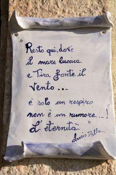 Frasi di canzoni di Lucio Dalla scritte su piastrelle esposte nell'isola di San Nicola