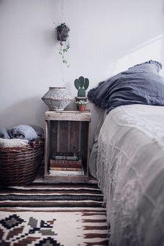 Le charme bohème des vieilles choses | Bedrooms, Crates and Rugs