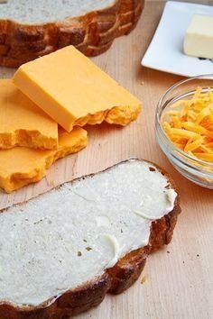Certifique-se que todos os ingredientes do seu queijo quente estão em temperatura ambiente antes de começar.