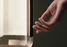 Hanglamp Guise is ontstaan vanuit een onderzoek naar reflectie en de relatie tussen licht en transparantie. De ledverlichting is door het glas niet zichtbaar, enkel de uiteinden van de randen en het geëtste gedeelte lichten op. #vibia #guise #details #glass #pendantlight #design #barcelona #hanglamp