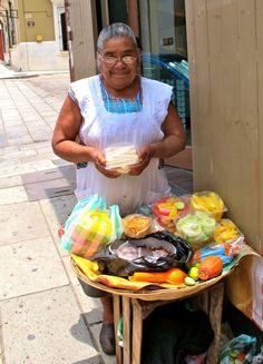 un calle vendedor en mexico viene la comida, las refrescas, la ropa y otros cosas