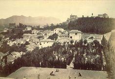 -Este espacio no siempre tuvo el mismo aspecto. Antes del año 1900 no existían ni el @Hotel Alhambra Palace ni el carmen de la #Fundación. #architectureMW  #MuseumWeek  Foto: Colección particular