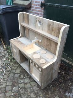 Mud Kitchen For Kids, Wooden Play Kitchen, Toy Kitchen, Backyard Cabin, Backyard Playhouse, Backyard For Kids, Scrap Wood Projects, Diy Projects For Kids, Diy For Kids