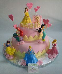 Para María en su 3º cumpleaños, sus papás nos han encargado elaborar una tarta soñada; una tarta en fondant de princesas, toda en rosa y con corazones y rosas. Para las niñas de esta edad, la ilusión convertida en dulce! ¡Felicidades María! Al ser una tarta en fondant de dos pisos se han elegido diferentes sabores para un piso y otro. ¿Tu niña sueña con las princesas?  ¡Llámanos al 616 849 394!  ¡Tenemos el mejor precio de Málaga! www.tartasmalaga.net
