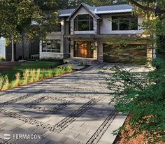 The perfect fusion of classic and modern pavers for an extraordinary driveway //// Une entrée de garage dynamique Landscaping With Boulders, Driveway Landscaping, Driveway Ideas, Interlocking Pavers, Hardscape Design, River Stones, Landscaping Supplies, Backyard, Patio