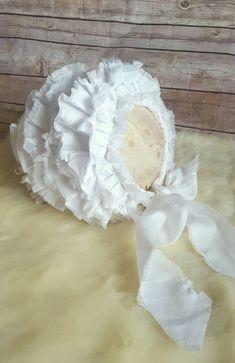 Handmade. Whitecotton. Shabby ruffle bonnet, sitter size. 6-12m. Photoprop.