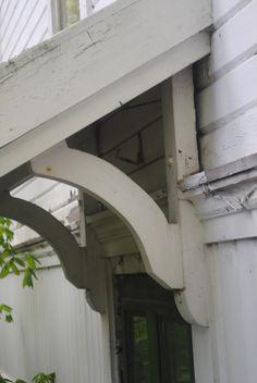 Huset är en fröjd för ögat med sina vackra spröjsade fönster och fasad utsmyckningar. Vacker form på det lilla huset Vacker...