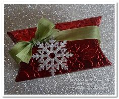 Try a toilet paper roll, emboss. Christmas Favors, Christmas Paper Crafts, Christmas Bags, Christmas Wrapping, Pillow Treats, Toilet Paper Roll Crafts, Pillow Box, Craft Box, Craft Fairs