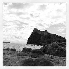castello dal basso e in bianco e nero (instagram foto di frensisinlove) Ischia Isola Verde