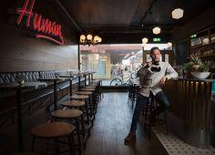 Ny cocktailbar på Tøyen. Cocktailbaren Human Mote får navn etter den gamle moteforretningen på hjørnet av Tøyen torg i Oslo. Lag deres drinker i helgen.
