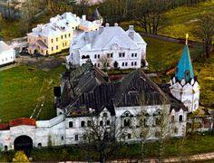 Au premier plan le Réfectoire et l'Eglise Saint-Serge de Radonège - Monastère Fiodorovsky - Pouchkine - Construit de 1913 à 1918 par l'architecte Stepan Krichinsky - Le Réfectoire était également composé des cuisines à la cave et d'une Bibliothèque.