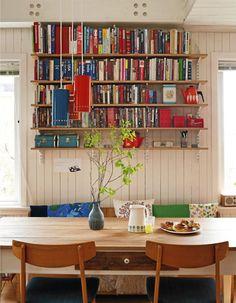 Bokhyller av finerplater og oppheng fra Elfa. Her ville jeg ha sittet på frokost ala Lillebjørn Nilsen.
