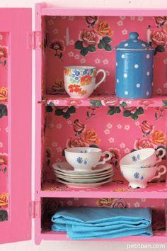 Pourquoi pas tapisser l'intérieur d'un petit meuble chiné ? http://www.petitpan.com/181-papeterie