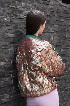 Anna Wilson. L'univers textile de la créatrice Anna Wilson se construit autour de la couleur et de la texture. Avec une formation en construction textile, ses créations associent de nombreuses tech...