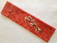 Funda para agujas de ganchillo, elaborada con telas de patchwork y cintas de seda    Funda forrada con solapa y cierre hermético. Un delicado bordado de florecillas hecho a mano, con un delicado bordado de florecillas bordadas a mano. Telas 100%. Medida aprox: 7 x 24 cm  Precio 15 €. Gastos de envío gratuitos a partir de 35€   http://www.telasytentaciones.com/es/inicio/nuestro-rincon-artesanal/con-hilos-y-agujas/funda-marron-para-agujas-de-ganchillo#sthash.tFugYMAv.dpuf