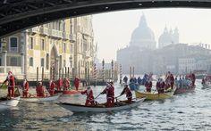 Εκατοντάδες γονδολιέρηδες ντυμένοι ως Άι-Βασίληδες και ξωτικά διασχίζουν τα κανάλια της Βενετίας μεταφέροντας δώρα την περίοδο των εορτών.