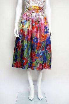 Rozkloszowana spódnica midi w kolorowe kwiaty - Pewna-Metka - Spódnice