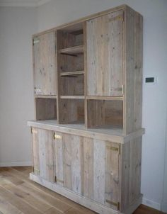 buffetkast van steigerhout Diy Furniture Easy, Wood Pallet Furniture, Woodworking Furniture, Woodworking Projects Plans, Wood Pallets, Rustic Hot Tubs, Tall Kitchen Cabinets, Pallet Closet, House Furniture Design