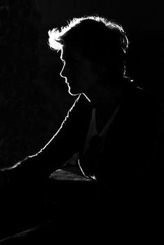 black and white photography - light - agnes karsai photography Shadow Portraits, Low Key Portraits, Creative Portraits, Photography Poses For Men, Creative Photography, Portrait Photography, Black And White Portraits, Black And White Photography, Dark Black Wallpaper