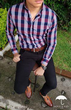 Outfit para hombre, camisa slim fit de cuadros azul y rojo, pantalón de gabardina negro, loafer y cinturón café | Diseños de la marca Moon & Rain y Tiendas Platino