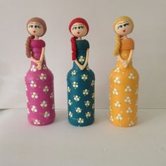 Garrafa Boneca Florida - diversas cores Mais Wine Bottle Art, Diy Bottle, Wine Bottle Crafts, Jar Crafts, Diy And Crafts, Crafts For Kids, Wine Bottles, Plastic Bottle Crafts, Altered Bottles