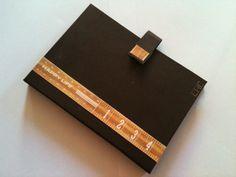 Porta cartão de bolsa, ótima opção para guardar seus cartões de visita favoritos.     Os papéis de scrap utilizados nos produtos dependem da disponibilidade em estoque. Pode ser personalizado de acordo com ...