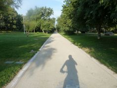 ¿Es posible caminar por la ciudad?¿Donde?os aconsejamos el cauce del río Túria en Valencia. Valencia, Sidewalk, Walking, Cities, Side Walkway, Sidewalks, Pavement, Walkways
