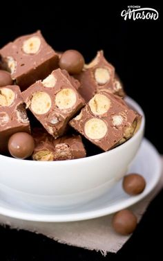 This incredible Microwave Maltesers Fudge requires just 3 ingredients & takes only 10 mins to make! Tastes pretty amazing too. Microwave Baking, Microwave Recipes, Easy Microwave Fudge, Xmas Food, Christmas Cooking, Christmas Kitchen, Fudge Recipes, Baking Recipes, Malteser Recipes
