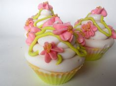 Sweet Pea Cupcake Soap / Artisan Soap / Cold Process Soap / Cupcake Soap / Vegan Soap / Coconut Milk Soap / Soap op Etsy, 5,63 €