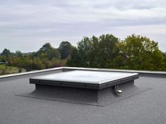 While the classic VELUX flat roof window comes with a dome, the flat roof plane glass model introduces a beautifully integrated 4 mm hardened glass pane. House Extension Design, Roof Extension, Retractable Pergola, Diy Pergola, Pergola Ideas, Corner Pergola, Kitchen Extension Glass, Lantern Roof Light, Roof Access Hatch