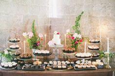 Sempre que olhamos uma mesa bem decorada, e que parece simples, temos a sensação de que é fácil reproduzir. Mas quando fazemos ela não fica tão bonita. Para montar uma mesa de sobremesas que salte aos olhos, você precisa saber de alguns passos fundamentais.