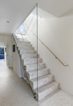 Minimal modern staircase connects teh various levels of revamped San Francisco home Contemporary House Plans, Contemporary Decor, San Francisco Houses, Concrete Stairs, Modern Stairs, Street House, Stairways, Construction, Home
