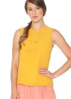 Camiseta amarilla sin mangas con lazo